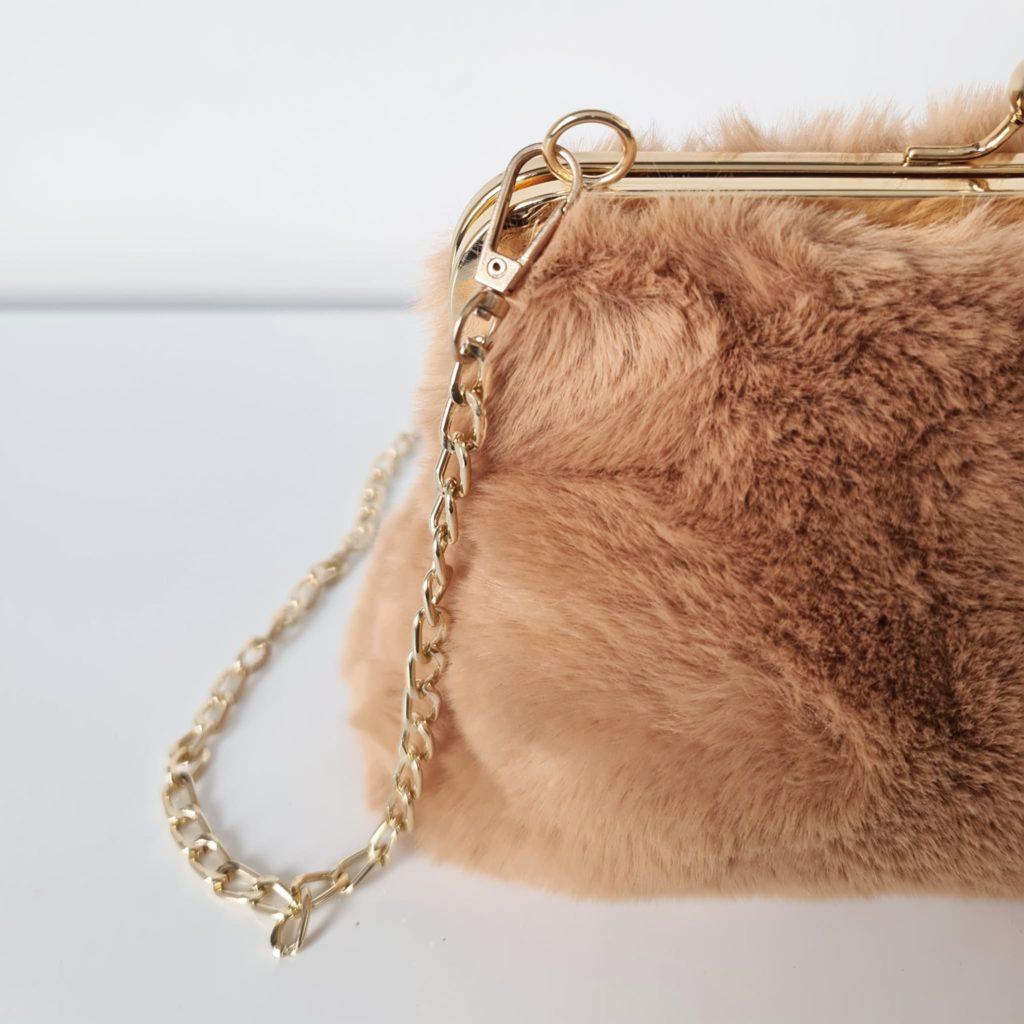 Petit sac bandoulière femme à fourrure marron camel avec fermeture clic clac et bandoulière à chaîne dorée