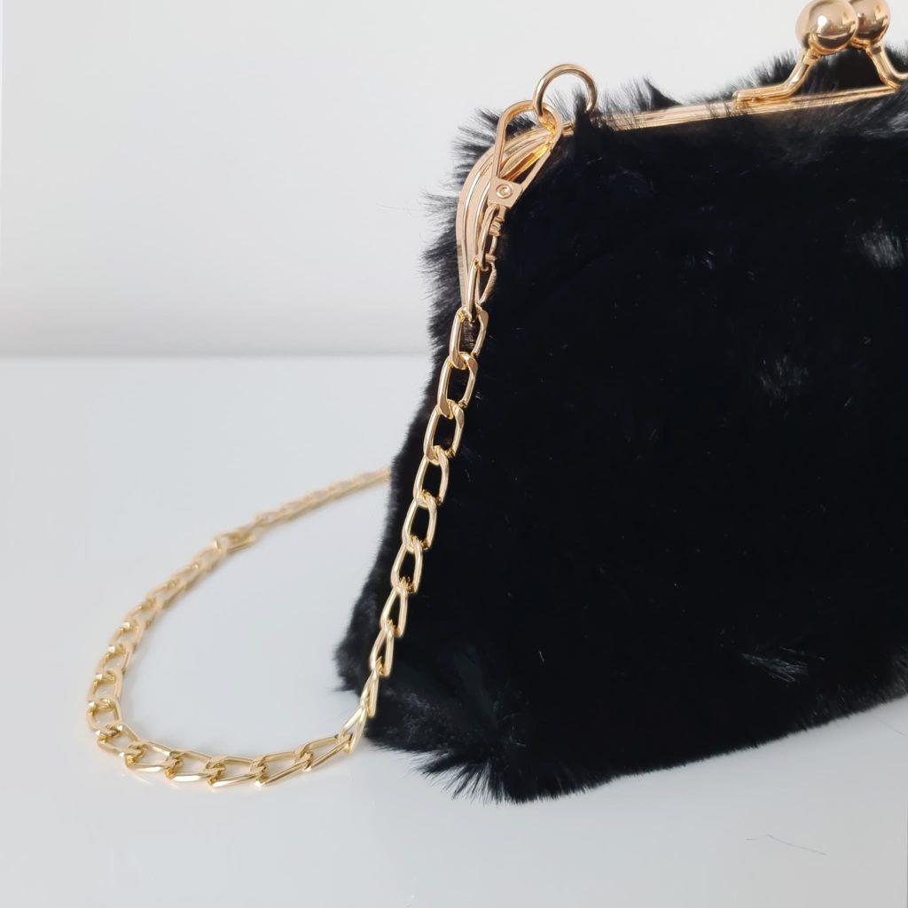 Petit sac bandoulière femme à fourrure noir avec fermeture clic clac et bandoulière à chaîne dorée