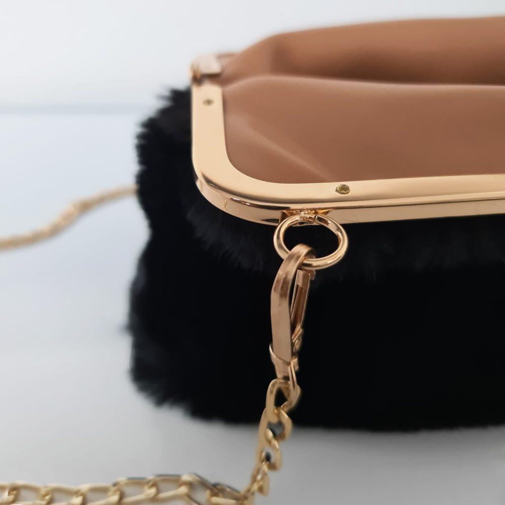 Ouverture du sac femme à fourrure noir à boucle clic clac avec zoom bandoulière à chaîne dorée et mousqueton
