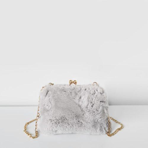 Petit sac fourrure gris clair à boucle clic clac et bandoulière à chaîne dorée