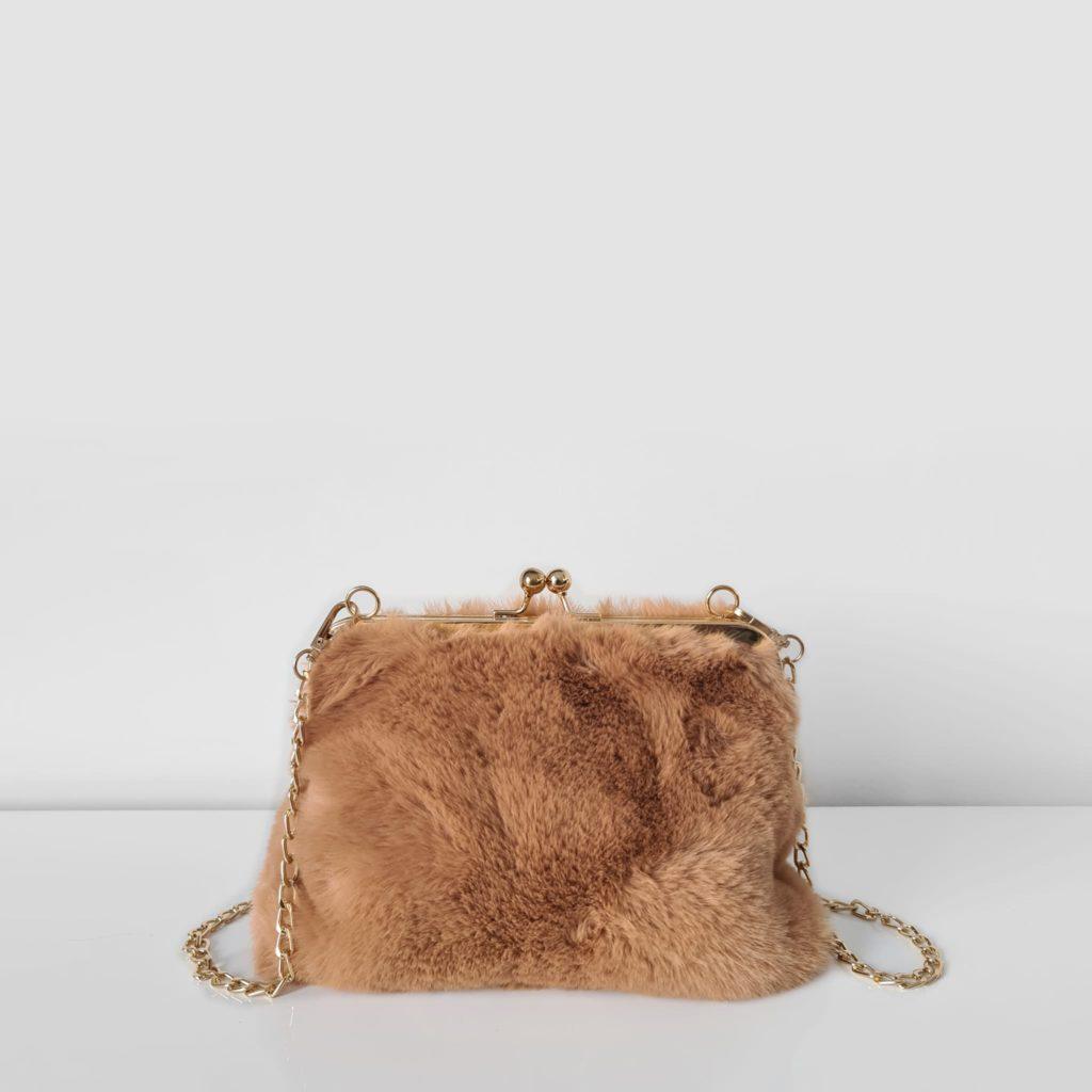 Petit sac fourrure camel marron à boucle clic clac et bandoulière à chaîne dorée