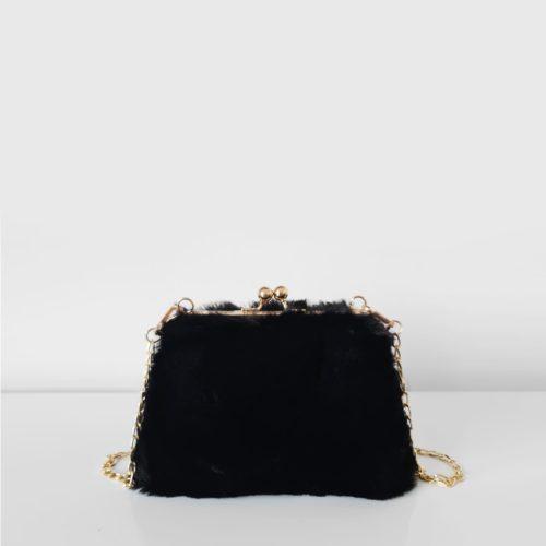 Petit sac fourrure noir à boucle clic clac et bandoulière à chaîne dorée