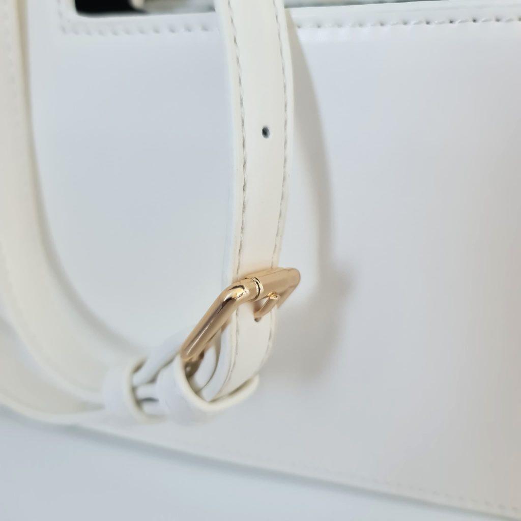 Zoom bandoulière cuir blanc avec boucle ardillon dorée