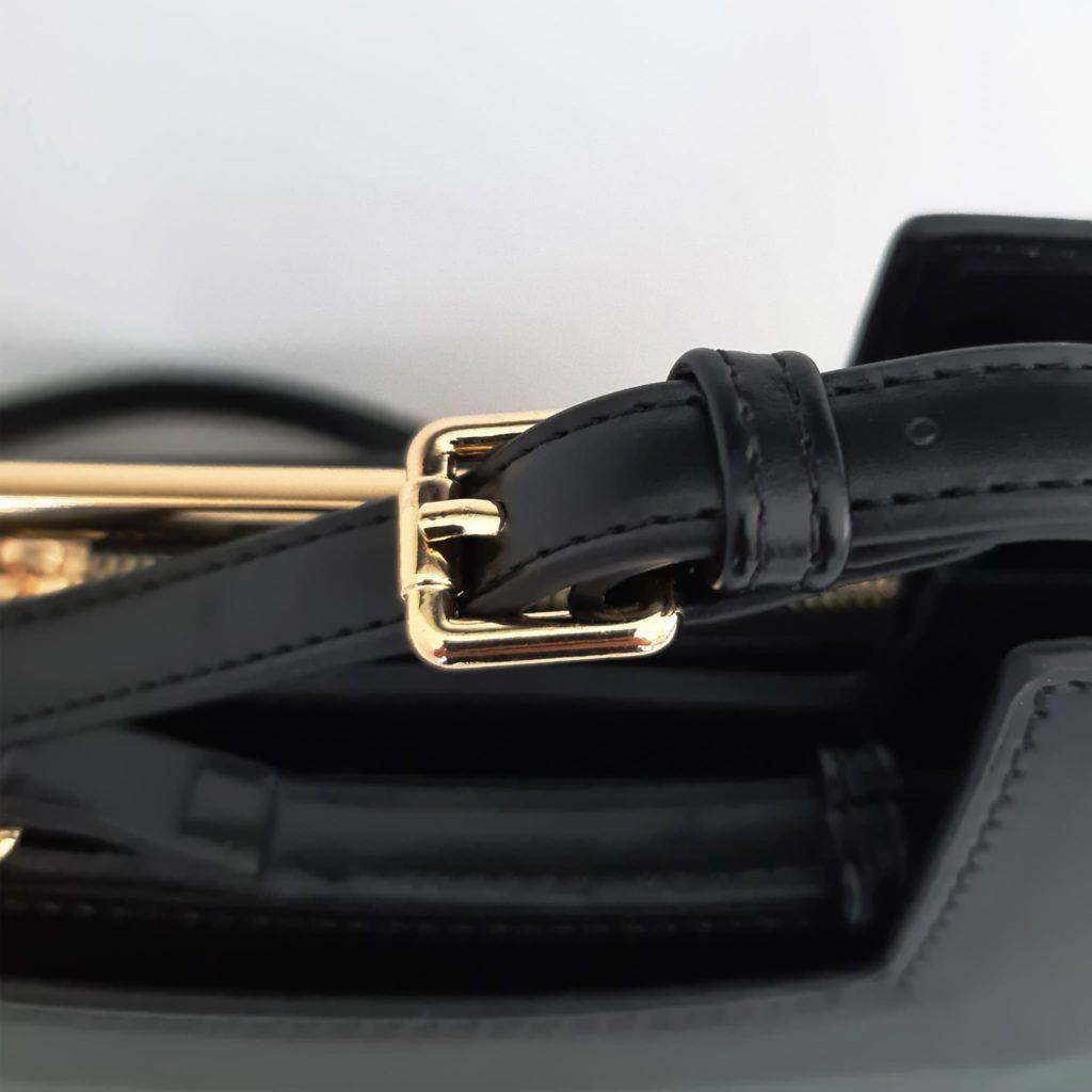 Zoom bandoulière cuir noir avec boucle ardillon dorée