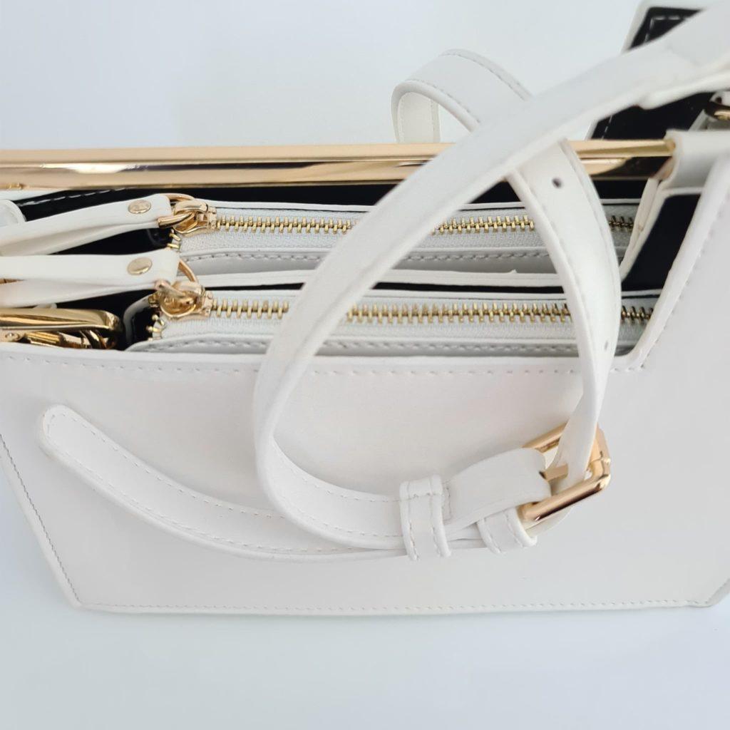 Détails du sac à main cuir blanc femme avec bandoulière blanche et empiècements dorés