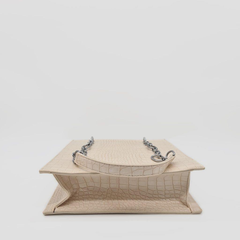 Dessous du sac cabas à main femme en cuir croco blanc cassé crème avec bandoulière à chaîne et cuir.