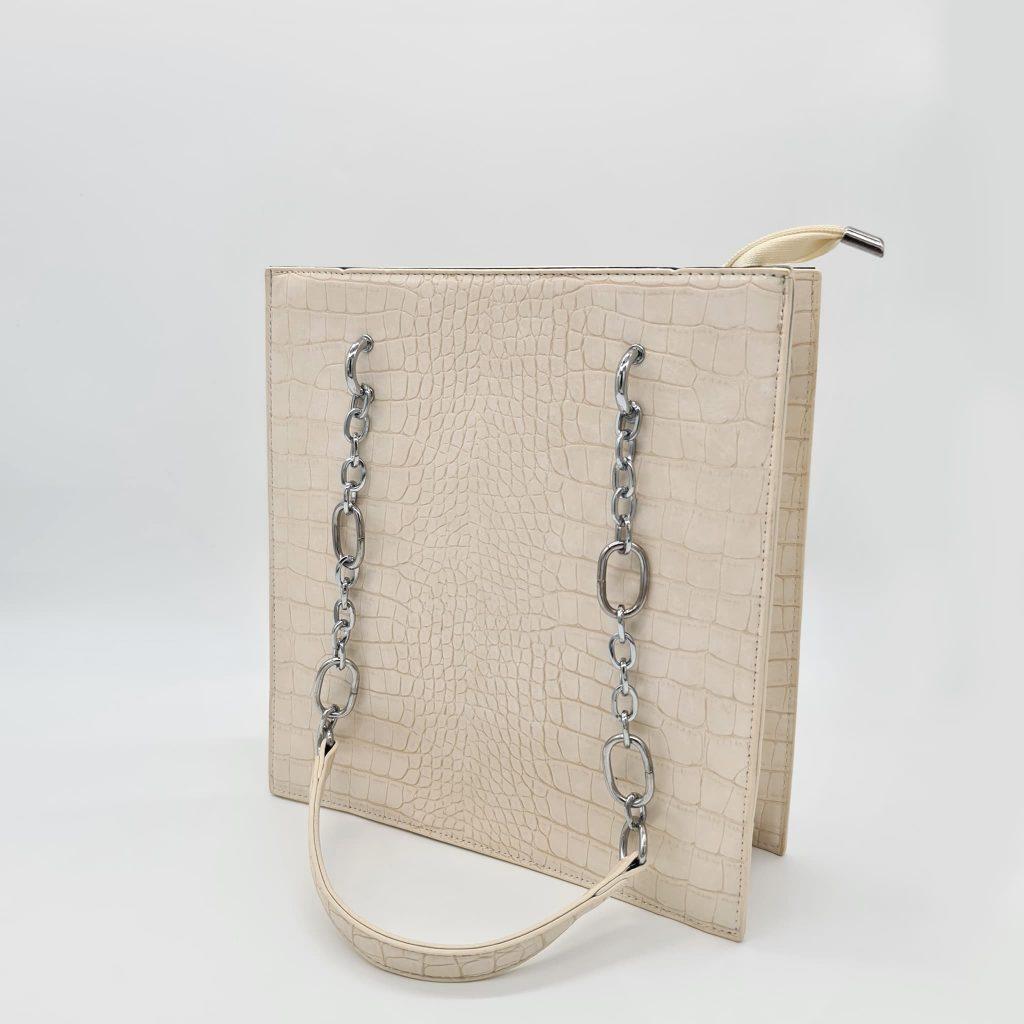 Sac à main femme fourre-tout (shopping bag) en cuir croco blanc cassé crème avec bandoulière à chaîne et cuir.