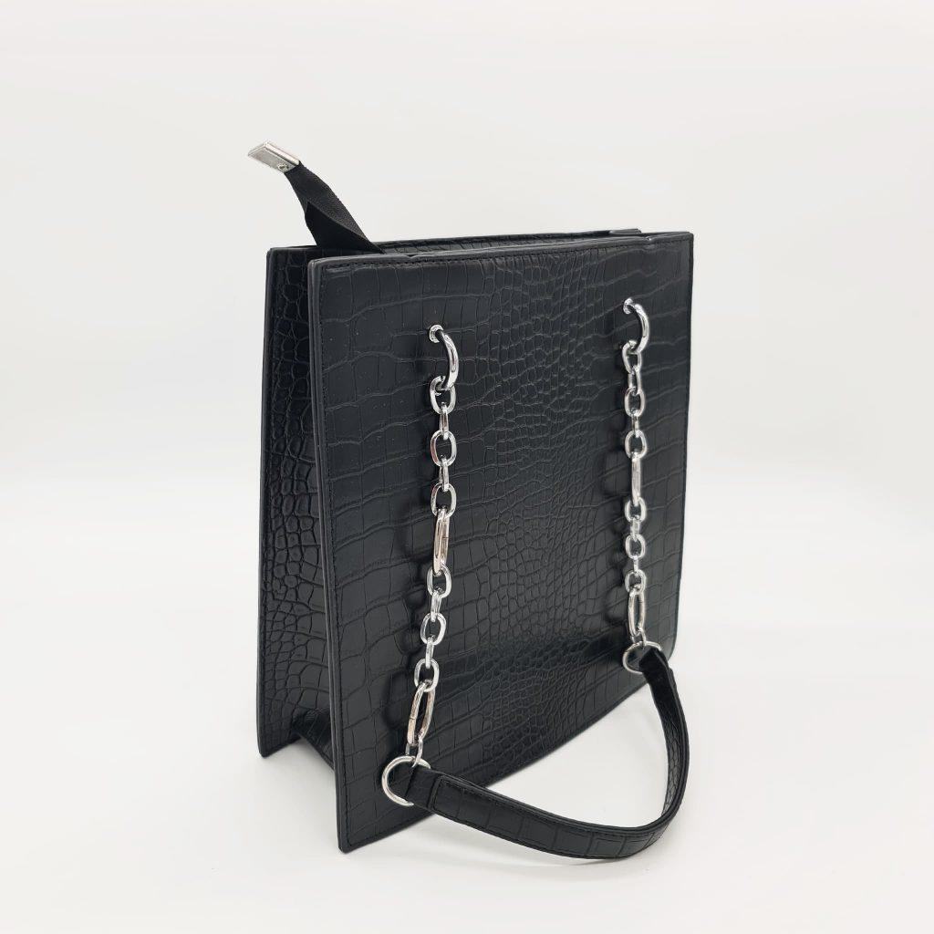 Sac cabas fourre-tout femme en cuir croco noir avec bandoulière à chaîne et cuir.
