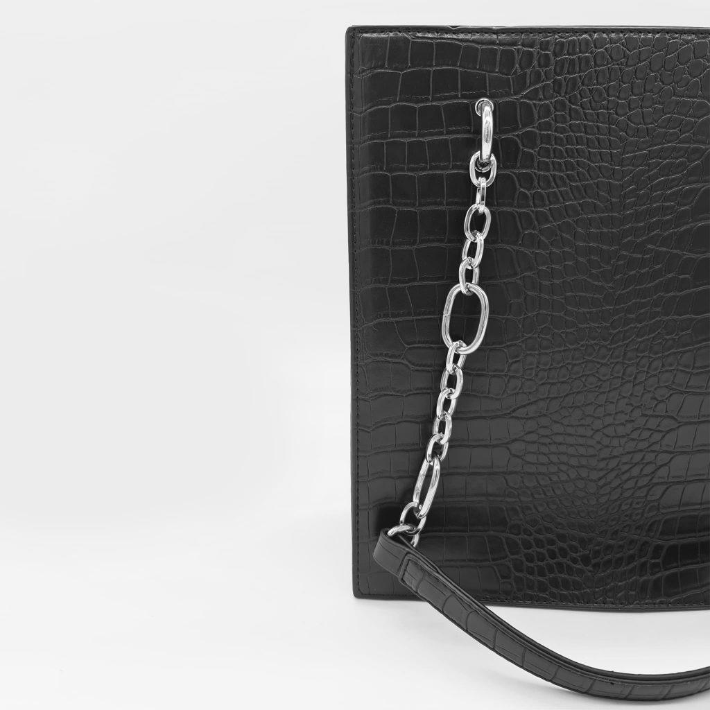 Sac cabas shopping bag avec anse bandoulière à chaîne argentée et cuir croco noir.