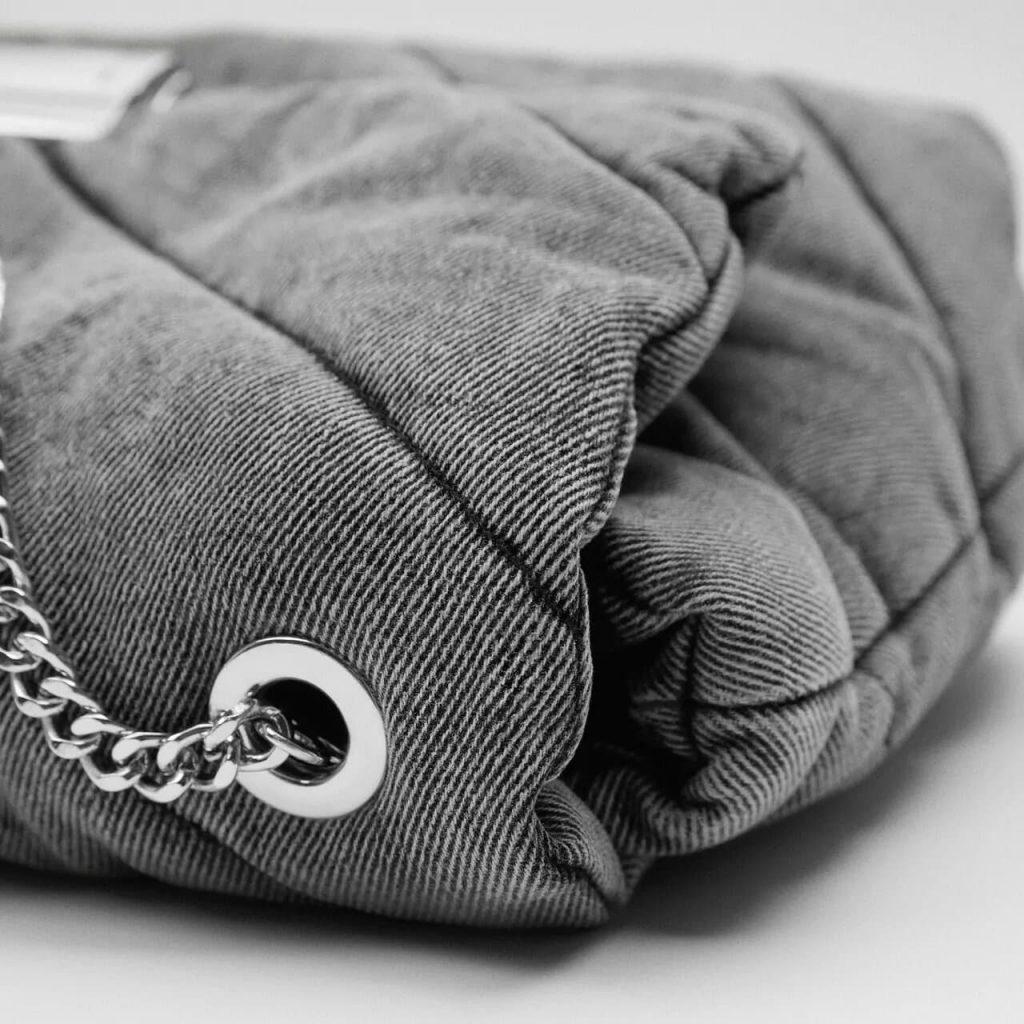 Détails du tissu en denim jean gris avec oeillet et bandoulière métallique à chaine argenté.