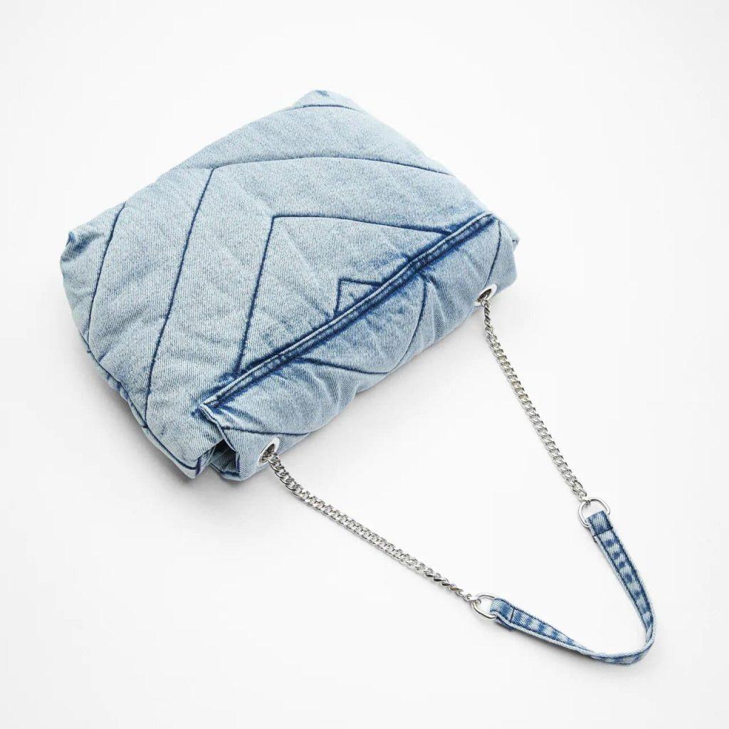 Verso du sac bandoulière besace femme en tissu denim blue jean