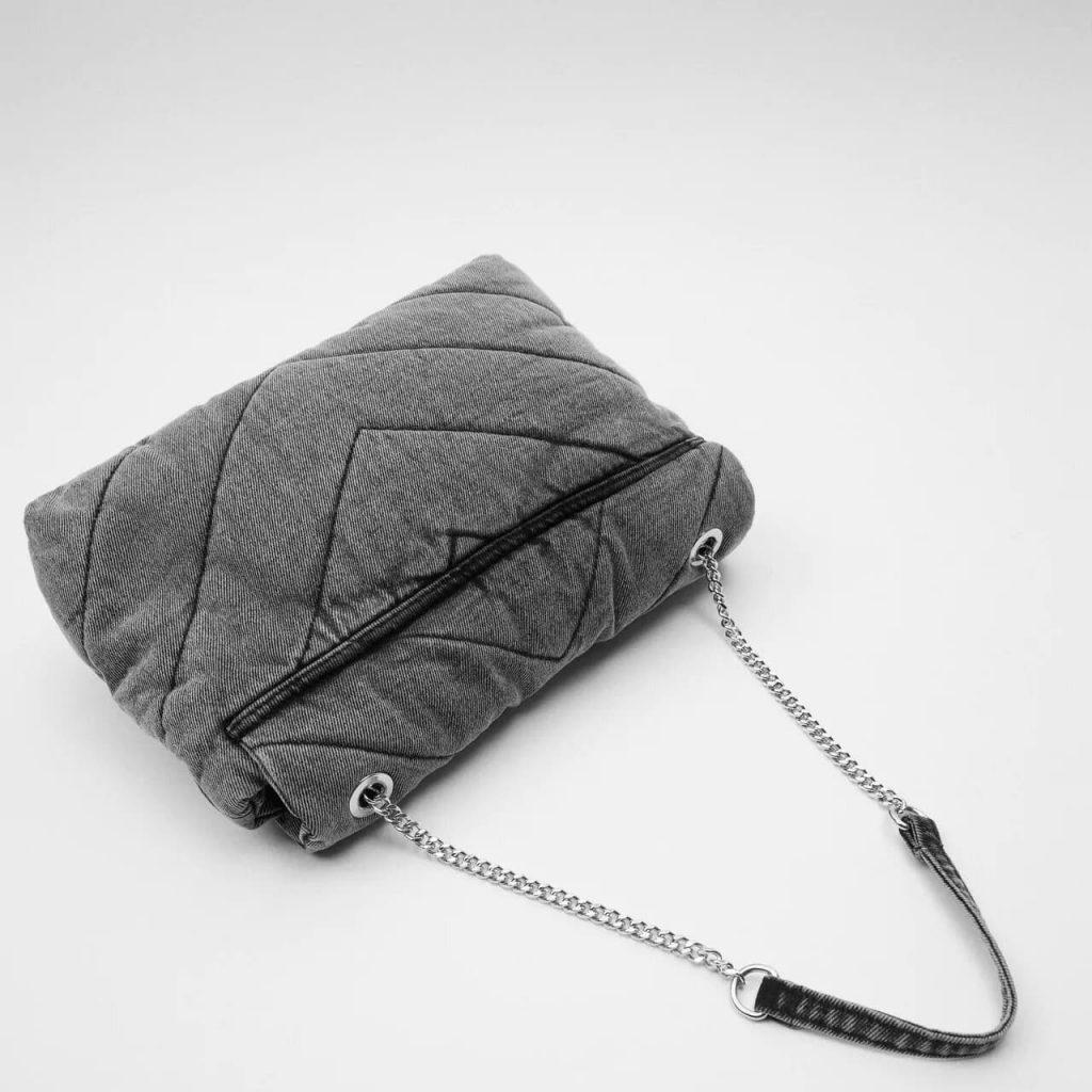 Verso du sac bandoulière besace femme en tissu denim jean gris