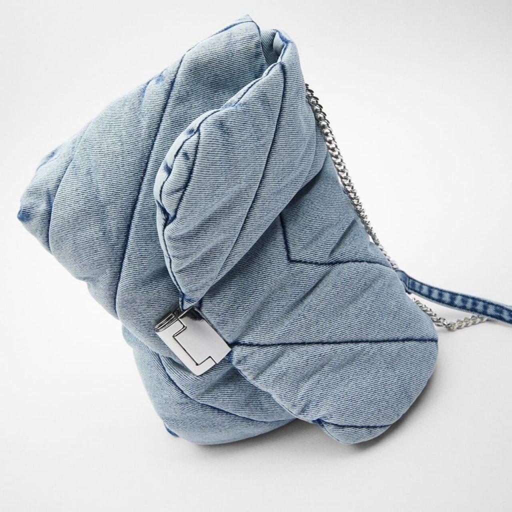 Zoom du sac bandoulière besace femme en tissu denim blue jean