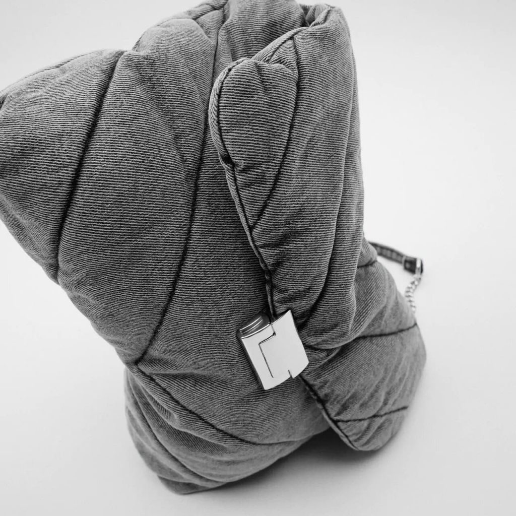 Zoom du sac bandoulière besace femme en tissu denim jean gris